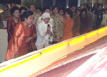 Ibu Ani SBY: Kain Sarung Jakarta Perlu Diberi Nama Betawi