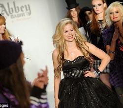 Avril Lavigne Rilis Koleksi Pakaian Remaja