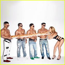 Bar Refaeli Pose Panas dengan 4 Pria Topless
