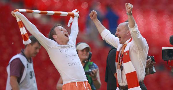 Foto: Pelatih Ian Holloway (kanan) merayakan kemenangan Blackpool/Reuters