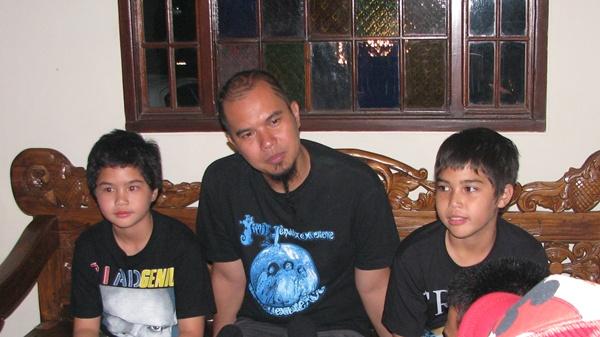 Ahmad Dhani & anaknya (Foto:Novi Muharrami/okezone)