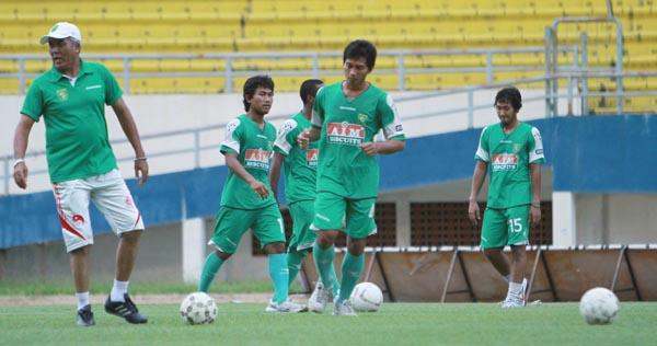 Skuad Persebaya Surayaba melakukan latihan. Foto: Mushaful Imam/Koran SI