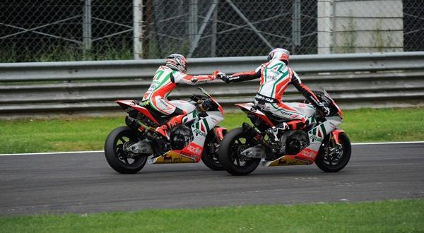 Leon Camier dan Max Biaggi.(foto:Reuters)