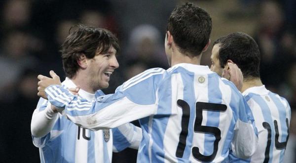 Lionel Messi merayakan kemenangan bersama pemain Argentina lainnya/ Foto: Daylife