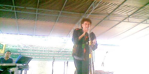 Ahmad Albar menghibur Lapas Wanita Bandung (Foto: Iman Herdiana/okezone)