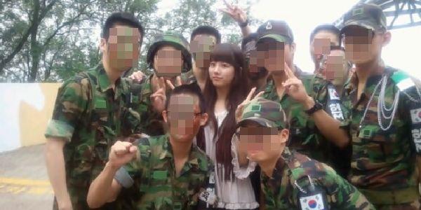 Foto Suzy Diapit Tentara Jadi Heboh