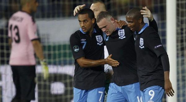 Foto: Theo Walcott (kiri) saat merayakan gol Wayne Rooney/Reuters