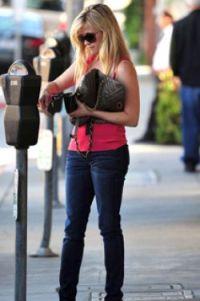 Pakai Tas Kulit Ular, Reese Witherspoon Ditegur PETA