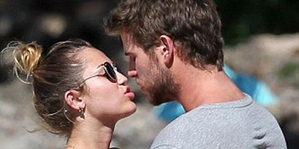 Liburan di Pantai, Miley Cyrus Minta Dicium Terus