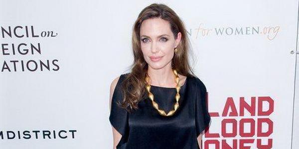 Tinggalkan Brad Pitt, Angelina Jolie Nangis