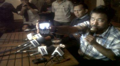 Rano Karno saat jumpa pers di kediamannya (foto: Edi okz)