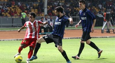 Andik mendapat kawalan pemain Inter Milan (Foto: Heru Haryono/Okezone)