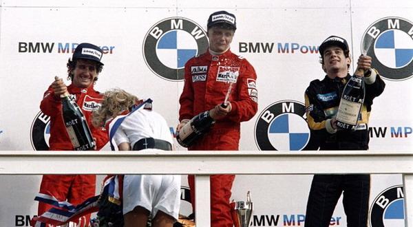 Alain Prost (kiri) saat finis kedua di GP Belanda pada 1985 bersama Niki Lauda (tengah) dan Ayrton Senna/Getty Images