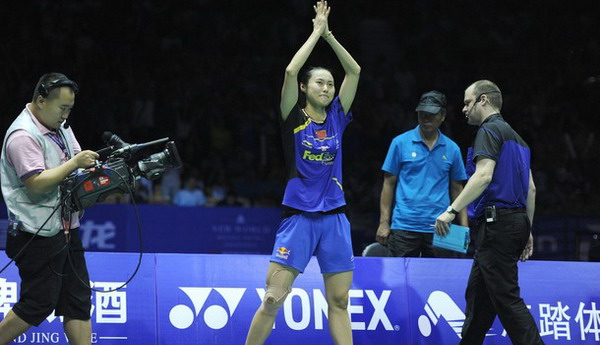Pebulutangkis putri andalan China Wang Yihan memberi applaus kepada penonton usai membawa timnya unggul/Getty Images