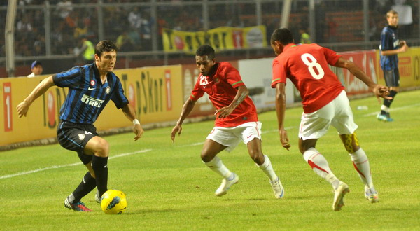 Aksi Javier Zanetti saat melewati hadangan pemain Timnas Indonesia Selection (foto: Heru/Okezone)