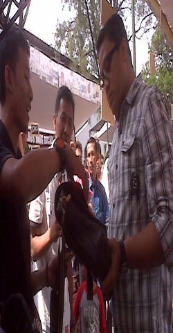 \Dede Yusuf Jualan Goyobod di Bazar