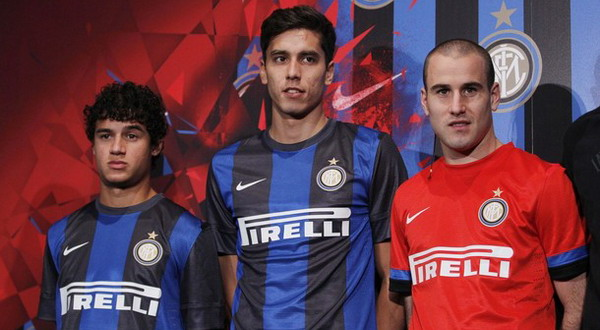 (Dari kiri) Philipe Coutinho, Ricardo Alvarez, dan Rodrigo Palacio dalam peluncuran kostum baru Inter musim 2012/2013/AP Photo