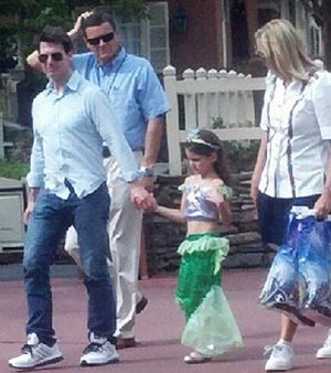 Tom Cruise menggandeng Suri di Disney World (Foto: People)