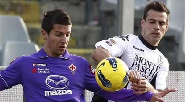 Matija Nastasic berduel dengan pemain Siena Emanuele Calaio pada laga perdana Fiorentina. (Foto: AP Photo)