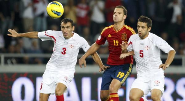 Roberto Soldado dikawal ketat dua pemain Georgia (Foto: Reuters)