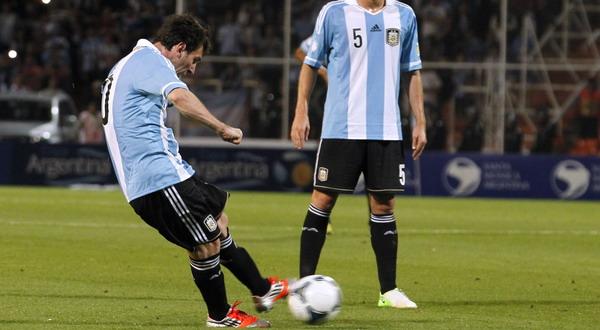 Lionel Messi dengan cerdik menendang tendangan bebas ini secara mendatar setelah melihat pagar betis akan melompat/Reuters