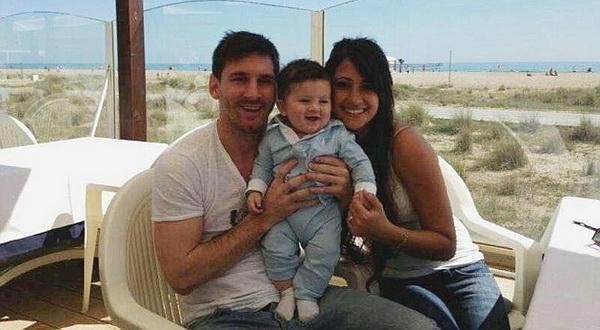 Lionel Messi berpose dengan keluarga kecilnya. (Foto: Marca)