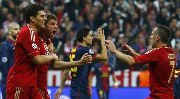 Muller, Gomez dan Ribery merayakan gol ke gawang Barca (Foto: Reuters)
