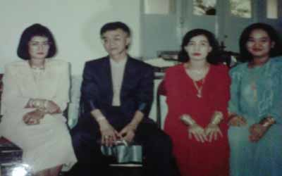 Eyang Subur dan istri-istrinya  (foto: Edi Hidayat/Okezone)