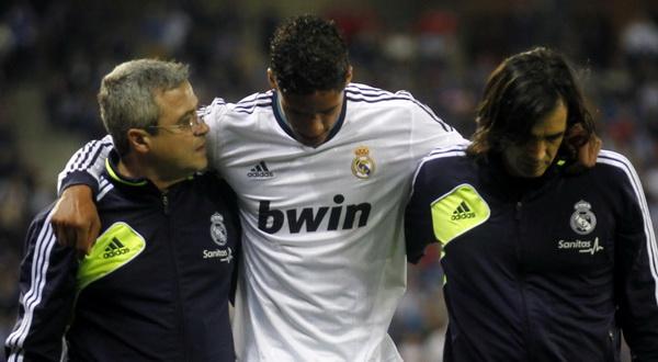 Raphael Varane (tengah) alami cedera dan harus dibantu oleh tim medis (foto: Reuters)