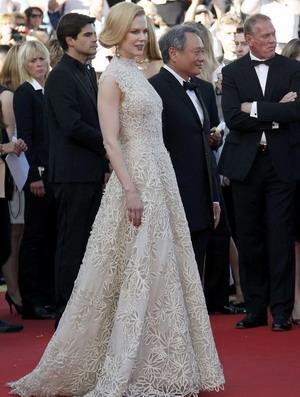 Nicole Kidman Pakai Gaun untuk Anne Hathaway