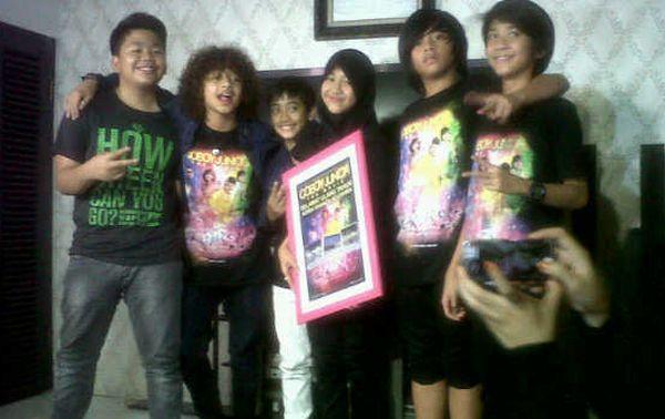 Coboy Junior beri hadiah Adiba (putri Uje) saat ultah ke-13 di rumah Adiba di Perumahan Bukit Mas Bintaro, Jakarta Selatan, Sabtu 8 Juni 2013 (Foto: Egie/okezone)