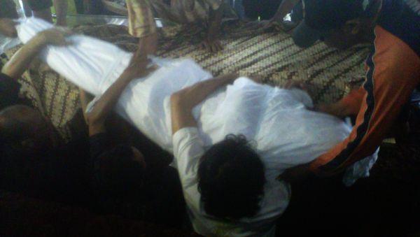 Pemakaman Ully Artha Diiringi Hujan Tangis & Gerimis