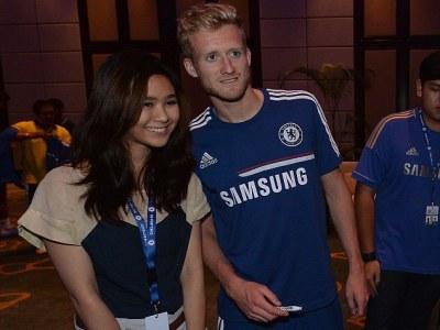 Seorang fan bersama Andre Schurrle (foto: Chelsea FC)