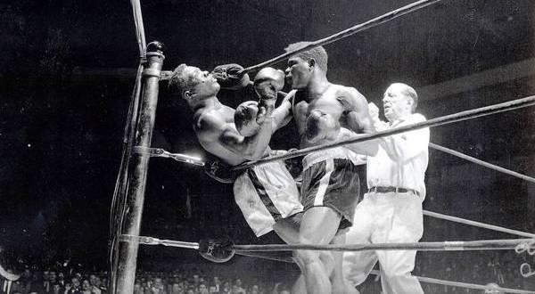 Emile Alphonse Griffith (kanan) dalam pertarungan brutal kontra Benny Paret (Foto: ist)