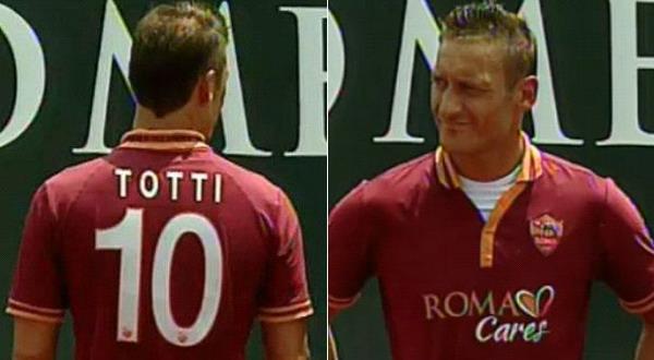 Francesco Totti memamerkan jersey anyar Roma (foto : goal)