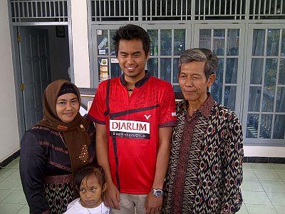 Tontowi Ahmad dan Keluarga. (Foto: Alfa/Okezone)