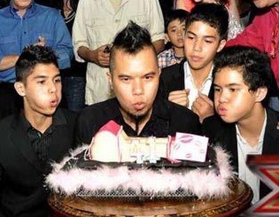 Ahmad Dhani saat berulang tahun ke-41 disaksikan ketiga anaknya, Al (kanan), El (tengah), dan Dul (Foto: Arif/Okezone)