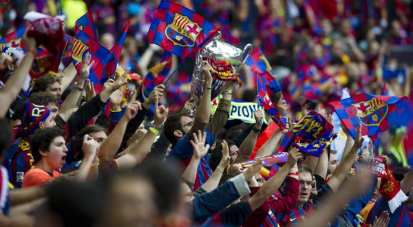 Aksi fans Barcelona saat mendukung tim kesayangannya (Foto: Ist)