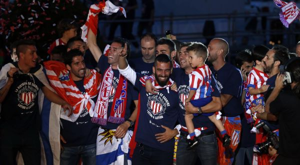 Pemain Atletico merayakan kemenangan dengan fans. (Foto: Reuters)