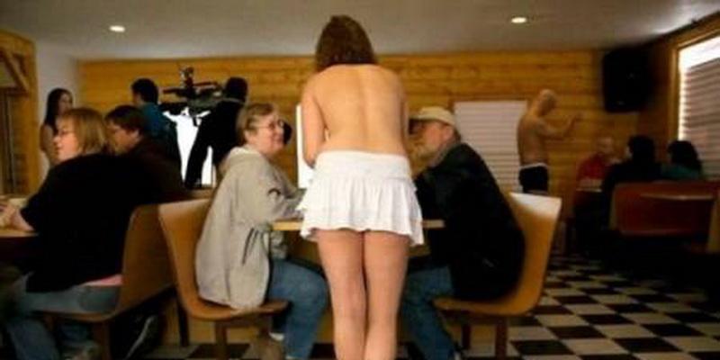 Edan, Semua Pelayanan Cafe (termasuk Wanita) ini Topless(Telanjang Dada)