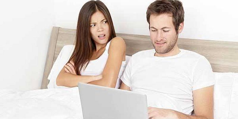 Kiat Menghadapi Suami Penggila Gadget