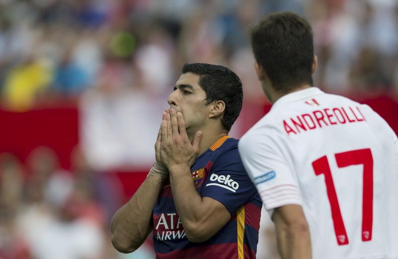 Suarez berkali-kali membahayakan gawang Sevilla, tapi dia gagal mencetak gol
