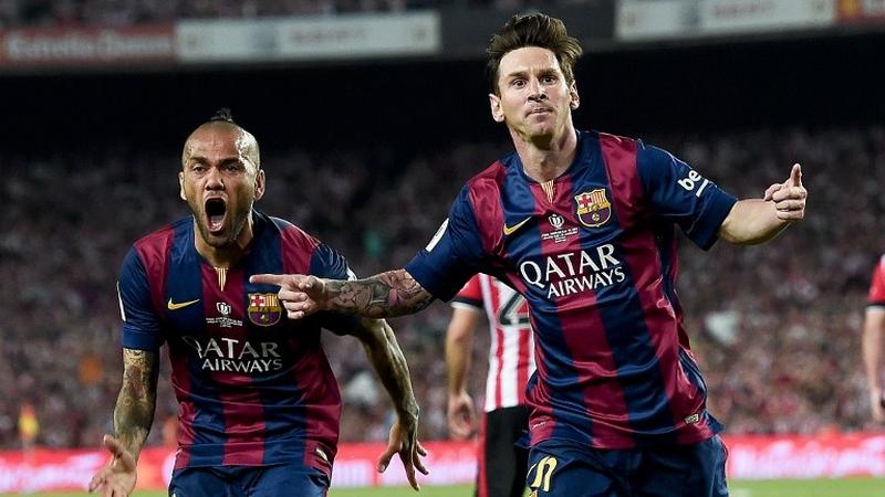 Alves (kiri) menyebut Messi lebih baik absen di El Clasico (Foto: AFP)