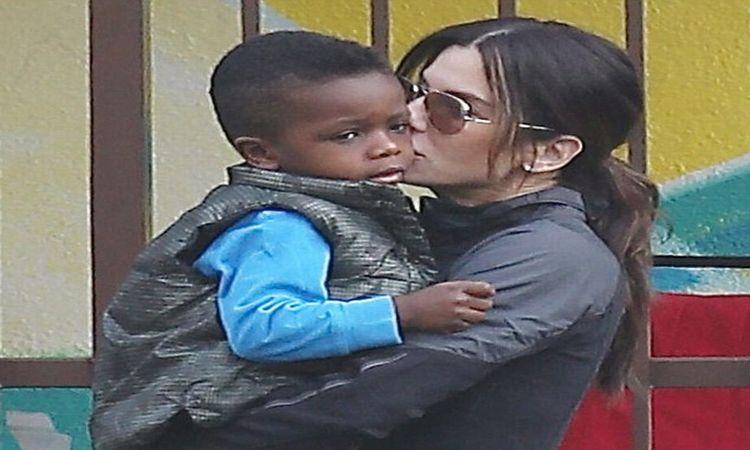 Sandra Bullock Ajarkan Anak Hadapi Rasisme