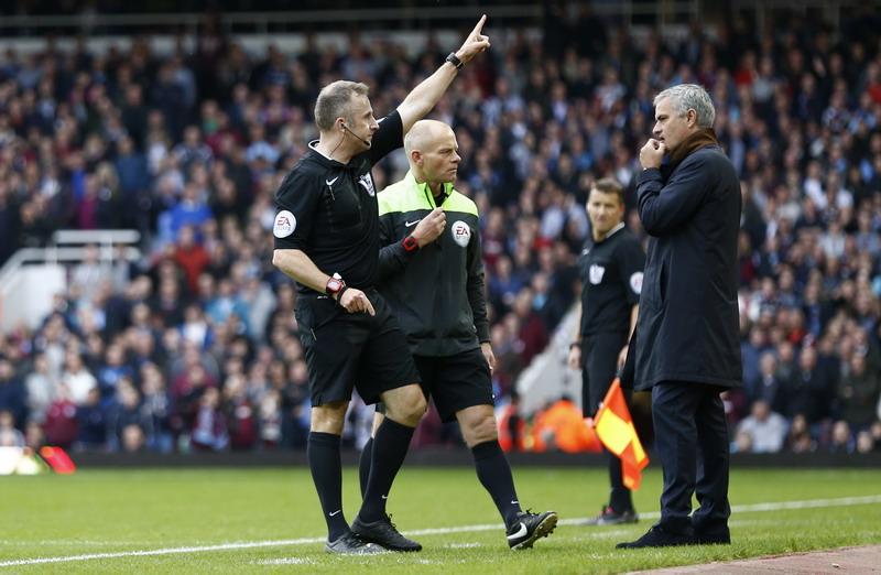 Mourinho diusir saat menemani Chelsea melawan West Ham.