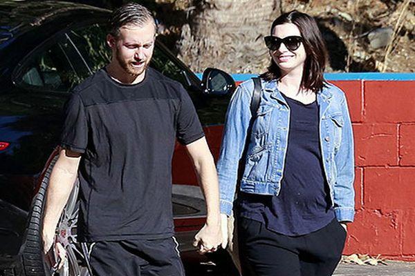 Anne Hathaway Pamerkan Kehamilannya