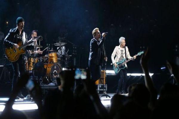 Konser U2 di Paris, Minggu (6/12/2015) malam. (Foto: BBC)