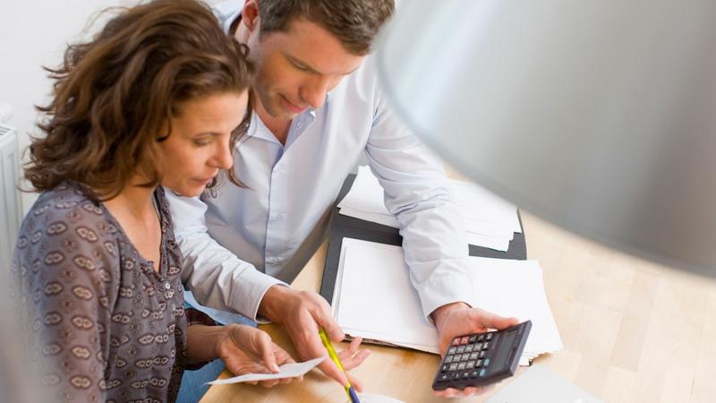 Beri Uang pada Keluarga, Haruskan Dirahasiakan dari Suami?