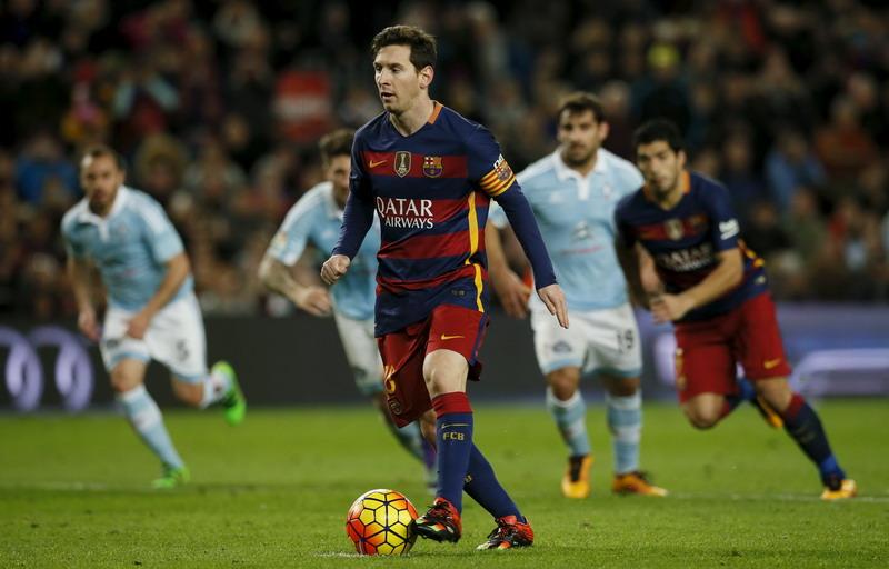 Messi saat memberi umpan ke Suarez. (Foto: REUTERS/Albert Gea)