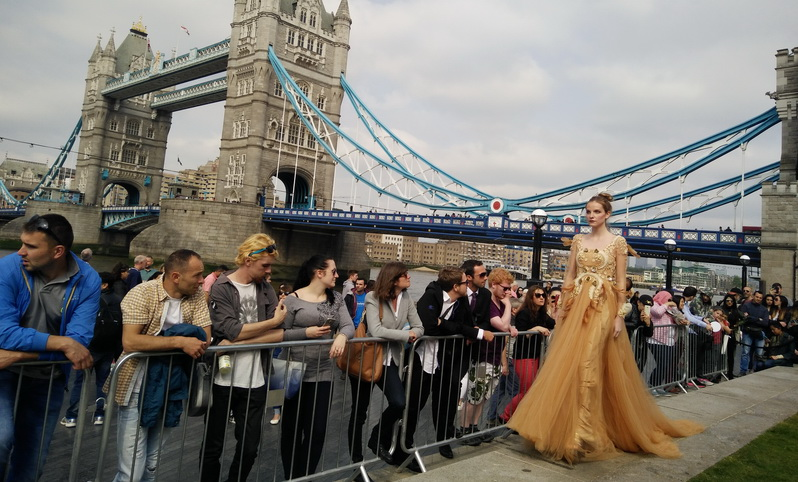 Keren, Fashion Show Desainer Indonesian Weekend di Jalanan Potters Field London